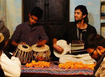 למופע מוסיקה הודית קלאסית עם נגן סרוד וארוחה הודית