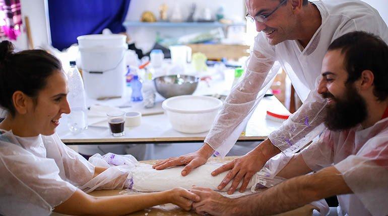 יציקת פסל הידיים הזוגי שלכם במפגש אישי עם אמן